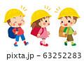 仲良くお喋りして通学する小学生の子どもたち 63252283