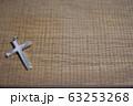 木製の机の上に置かれたクロス 63253268