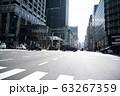 交差点 横断歩道 都会 東京 街 クルマ ビル オフィスビル 高層ビル 63267359