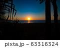 夕焼け ビーチ 砂浜 波 青いキレイな海 透明な水 リゾート 海岸 太陽 空  海外 波打ち際  63316324