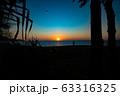 夕焼け ビーチ 砂浜 波 青いキレイな海 透明な水 リゾート 海岸 太陽 空  海外 波打ち際  63316325