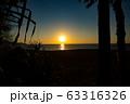夕焼け ビーチ 砂浜 波 青いキレイな海 透明な水 リゾート 海岸 太陽 空  海外 波打ち際  63316326