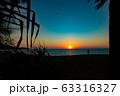 夕焼け ビーチ 砂浜 波 青いキレイな海 透明な水 リゾート 海岸 太陽 空  海外 波打ち際  63316327