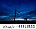 住宅街の夕焼け 幻想的な空 電柱のシルエット 63316333