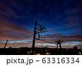住宅街の夕焼け 幻想的な空 電柱のシルエット 63316334
