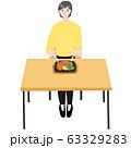 ステーキプレートを食べるシニア女性 テーブル 63329283