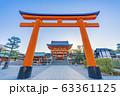 京都 伏見稲荷大社 鳥居と楼門   63361125