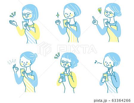 スマホ 笑顔 シニア女性 エプロン  63364266