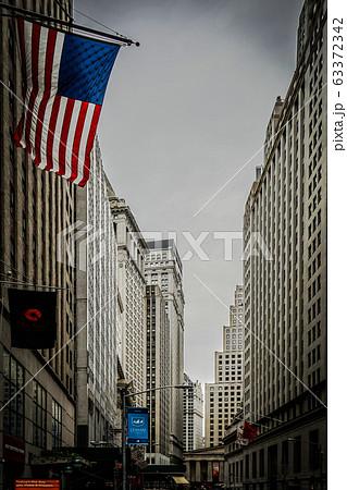 ニューヨーク・ウォール街と星条旗 63372342