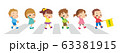 横断歩道を渡る可愛い子どもたち 63381915