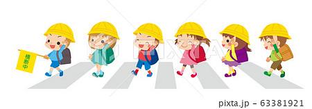 横断歩道を渡る可愛い小学生の子どもたち 63381921