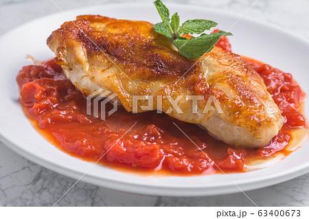 トマトソースのチキンソテー 63400673