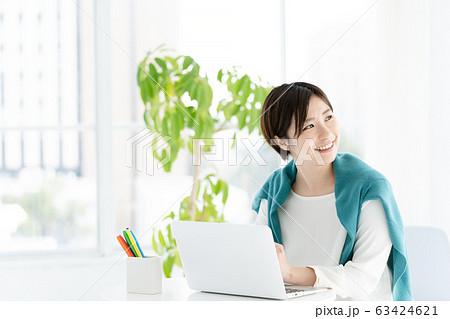 女性 パソコン カジュアルビジネス 63424621