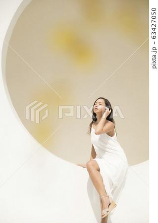 白いワンピースを着た女性のポートレート 63427050