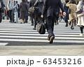 横断歩道を渡るビジネスマン 63453216