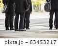 横断歩道を渡るビジネスマン 63453217