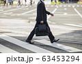 横断歩道を渡るビジネスマン 63453294