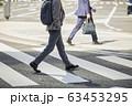 横断歩道を渡るビジネスマン 63453295
