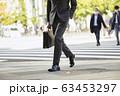 横断歩道を渡るビジネスマン 63453297