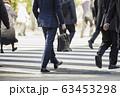 横断歩道を渡るビジネスマン 63453298