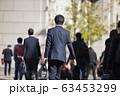 横断歩道を渡るビジネスマン 63453299