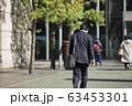 横断歩道を渡るビジネスマン 63453301