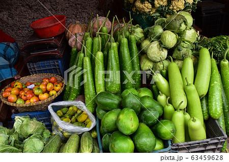 バングラデシュのチッタゴンの野菜市場 新鮮な野菜を販売する屋台 63459628