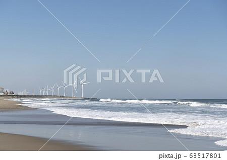 茨城県柳川海岸の風力発電の風車が見える風景 63517801