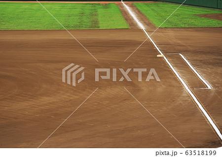 我が子の成長をスタンドから見届ける試合前の整備された野球場 63518199