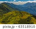 秋色の巻機山・ニセ巻機と谷川連峰の山並み 63518910