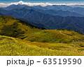 秋色の巻機山稜線と谷川連峰の山並み 63519590