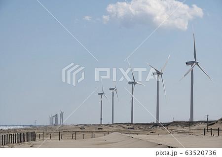 茨城県日川浜海岸から風力発電の風車が見える風景 63520736