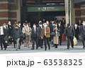 横断歩道を渡るマスク姿のビジネスマンたち 63538325