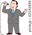 カラオケで歌う男性社長 63540899
