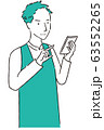 手描き1color エプロンを着た男性  スマホ操作 笑顔 63552265