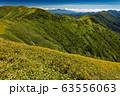 割引岳稜線の草紅葉と巻機山本峰・上州武尊山の眺め 63556063