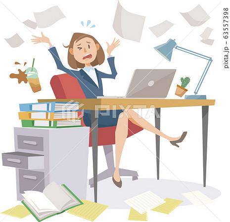仕事のストレスを感じている、散らかったデスクで働く女性オフィスワーカー 63557398