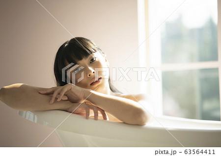 バスルームでリラックスする女性 63564411