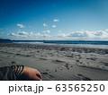 海で思いに耽る男性の手。冬の海。砂浜と寒空 63565250