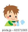 手をアルコール消毒する小さな男の子 63571083
