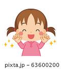 清潔な手に笑顔を見せる小さな女の子 63600200