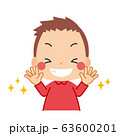 清潔な手に笑顔を見せる小さな男の子 63600201