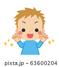 清潔な手に笑顔を見せる小さな男の子 63600204