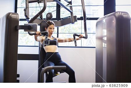 トレーニングをする女性 63625909