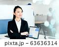 オフィス 女性 スーツ 腕組み 若い 63636314