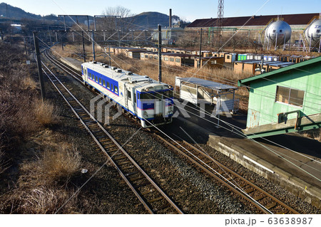 早春の北海道室蘭市JR御崎駅を発着する普通列車の風景を撮影 63638987