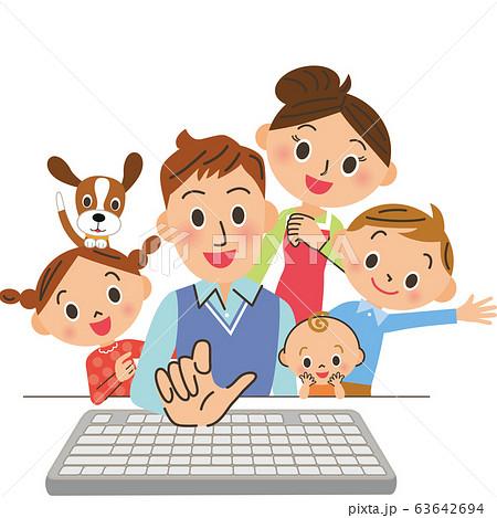 パソコンをパパが操作 63642694