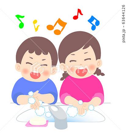 歌をうたいながら手を洗う姉弟 63644126