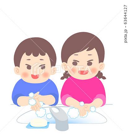 楽しく手を洗う姉弟 63644127