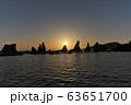 【橋杭岩 (日の出)】 和歌山県東牟婁郡串本町くじの川 63651700